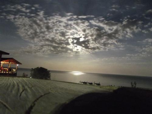 das schwarze Meer mit Mond