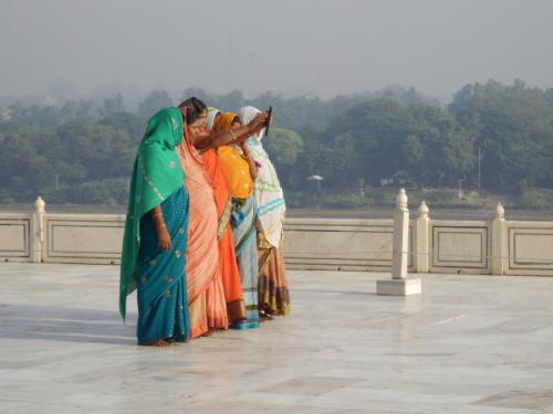 indische Frauen in buntgeschmückten Saris