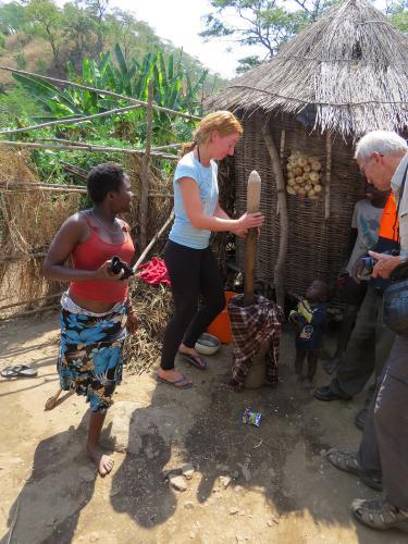 Mais mal selber stampfen - Malawi