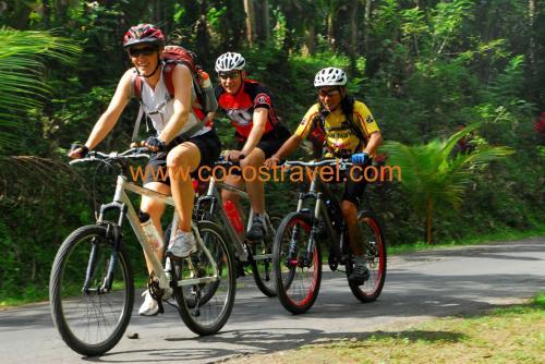 Teamriding zum Tempel am Lake Bratan